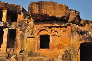 Стены пещер украшены слонами и деревьями. Чота Хатигумфа