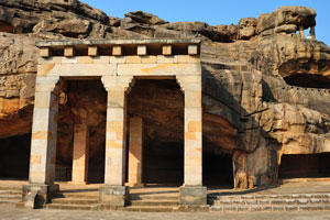 Пещера Хатхи Гумфа, вход