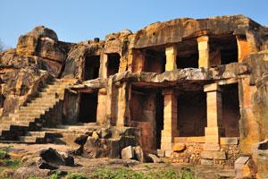 Жилища пещер расположены на двух уровнях. Алакапури Гумфа, двухэтажная пещера