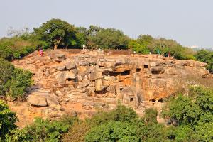 Некоторые из пещер естественные, но большинство из них были сделаны джайнскими монахами, и принадлежат к самым ранним джайнским скальным храмам