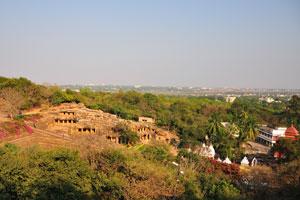 Вид с вершины Кхандагири на Удаягири и Бхубанешвар