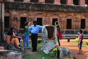 Индийская семья отдыхает в историческом комплексе Удаягири