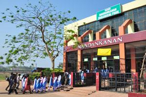 Большая группа школьников пришла в зоопарк Нанданканан