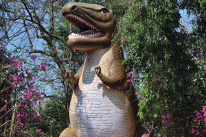 Над входом в вольер рептилий возвышается динозавр