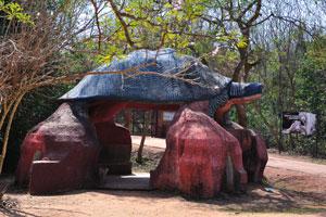 Искусственная черепаха перед входом в сафари Белого тигра