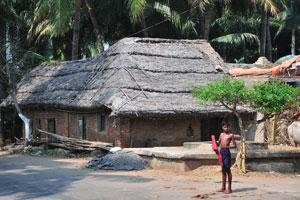 Деревенский дом с соломенной крышей