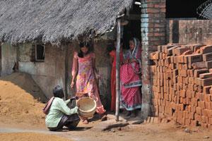 Деревенские женщины ходят в элегантных платьях