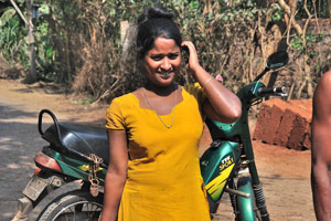 Молодая индийская женщина улыбается