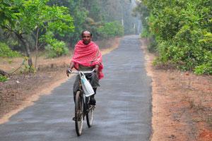 Сельский житель едет на велосипеде