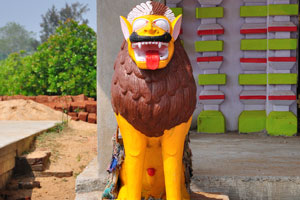 Жёлтый искусственный лев с красным языком