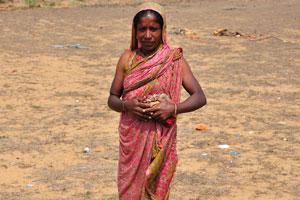 Сельская женщина в простых одеждах