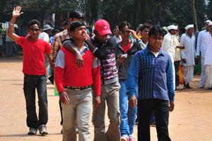 Молодые люди на главной аллее к храму
