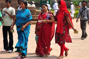 Женщины в ярких платьях и сари