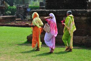 Бабушки приехали сюда в ярко-оранжевых, вишнёвых и зелёных одеждах