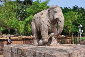 Скульптура слона и полицейский из храма Солнца