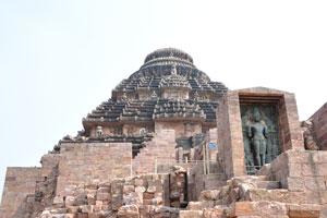 сурия перед храмом Солнца