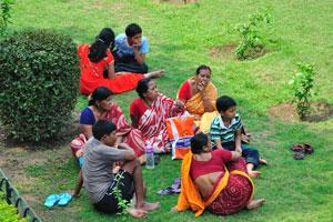 Индийская семья села на траве