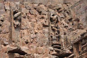 Слоны и львы высечены на стене