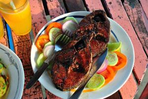 Это жареный тунец с кусочками лимона и огурцов