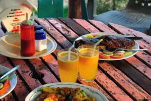 Вот обед с рыбой и картофелем в ресторане «Розовый дом» (Дорога Чакра Тиртха, Пури, тел.: 222253)