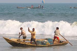 Рыбаки проплыли через огромную волну