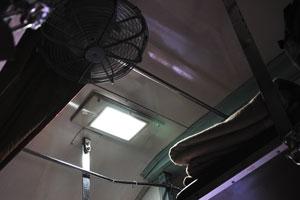 На потолке вагона был установлен вентилятор