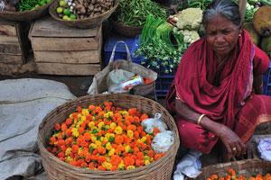Продажа цветов и овощей на рынке в Пури