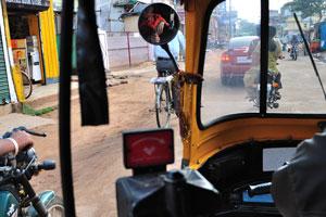 Мы едем по улицам Бхубанешвара на авто рикше