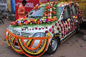 Свадебный автомобиль очень красиво оформлен