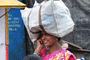Женщина разговаривает по мобильному телефону с сумкой на голове