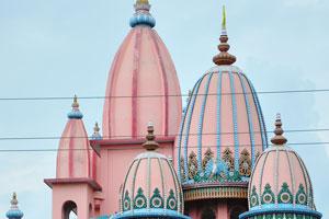 Один из храмов имеет розовые купола