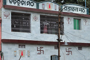 Символы джайнизма на стене