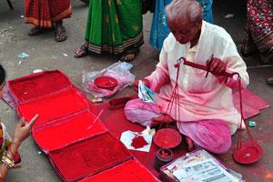 Продажа красных красок для фестиваля