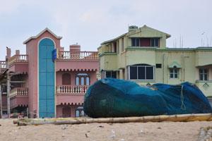 Вид отеля «Гостиница Морской королевы» с океанского побережья