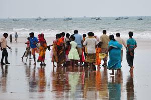 Люди из рыбацкой деревни в ожидании утреннего улова