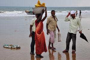 Женщины из рыбацкой деревни несут рыбу на своих головах