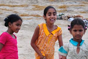 Девочки из рыбацкой деревни красиво одеты