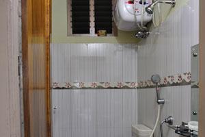 Душевая комната в первом номере отеля «Гостиница Морской королевы»