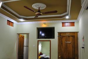 В первой комнате есть зеркало и телевизор