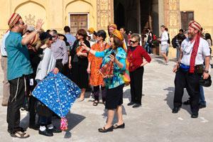 Иностранные туристы получают огромное удовольствие при просмотре окружающей архитектуры