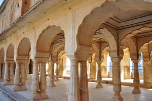 Саттайс Качери это колоннада из 27 столбов