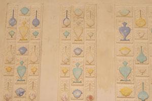 Стена в Сук Нивас украшена скульптурами из цветов и чаш