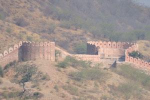 Оборонительные стены имеют специальные круглые структуры в верхних точках