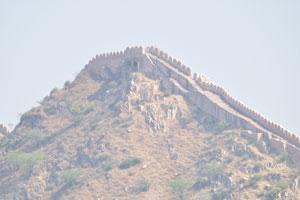 Оборонительные стены охватывают все пики холмов