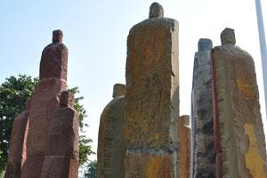 Каменные статуи и индийский флаг