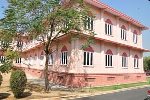 Розовое здание находится возле Планетария Бирла