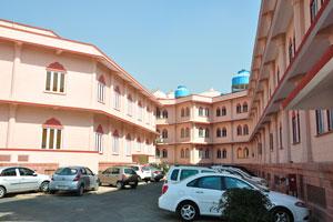 Бледно-розовый цвет здания Института Научных Исследований Бирла