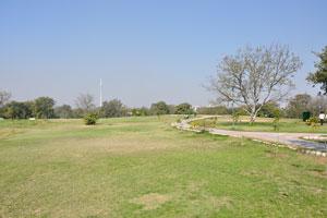 В парке есть много огромных зелёных газонов