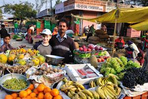 Мой сын на фруктовом рынке который расположен очень близко к северной стороне астрономической обсерватории Джантар Мантар