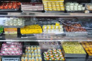 Сладкий Дом на базаре Джохари: барфи, гулаб джамун и другие индийские сладости украшенные варкой (тонкой съедобной фольгой из серебра)